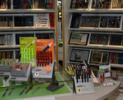 Wir führen ein breites Sortiment an Füllfederhaltern und Kugelschreiber der Marken: Lamy, Pelikan, Parker uvm.
